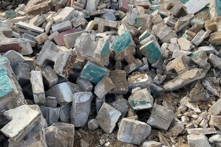 Jakie odpady można wrzucić do kontenera na zmieszane odpady budowlane?